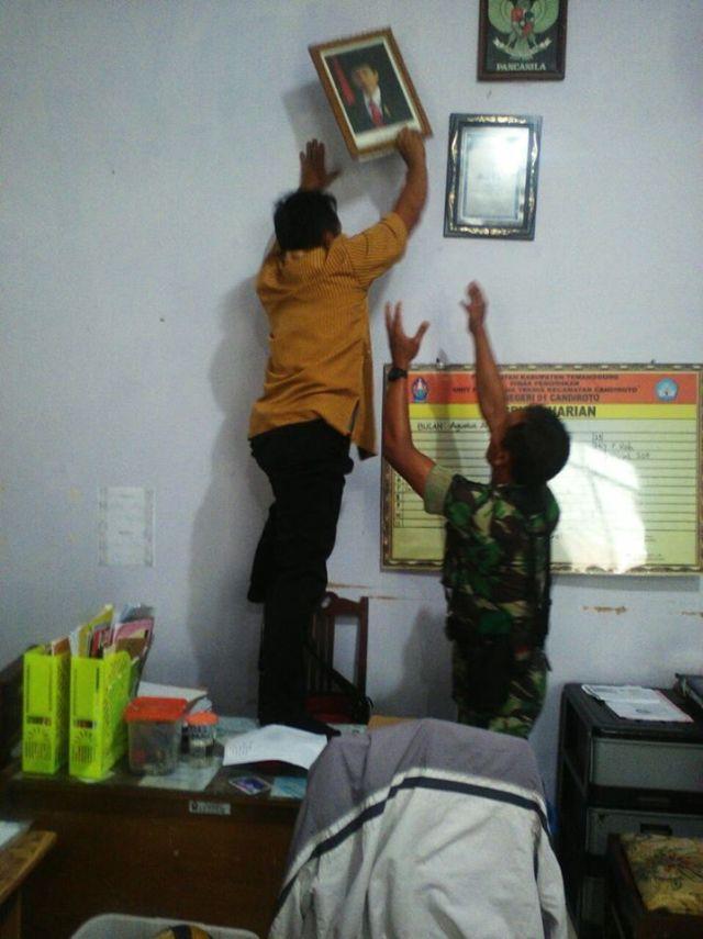 Foto Presiden Jokowi dan wakil presiden Jk benbdera dipang di sebuah kamtor di turunkan. foto han