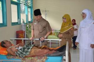 Wakil Bupati Agam Trinda Farhan Satria. melihat pasien