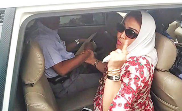 Yanthy Tengah memarahi Saminya di mobil/ Foto Net