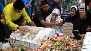 pemakaman-dr-ryan-thamrin-di-pekanbaru. fotoTribun Pekanbaru/Doddy Vladimir)