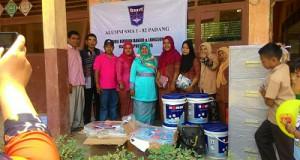 Alumni SMA1 Angkatan 82 Padang Antar Bantuan Buku Pelajaran Untuk Korban Banjir Pangkalan