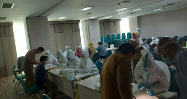 Aparatur Sipil Negara (ASN) di lingkungan Pemkot Tangerang Selatan menjalani tes Covid-19 (Foto: Okezone/Hambali)