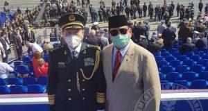 Menhan Prabowo Subianto bersama Menhan China Wei Fenghe ketika menyaksikan upacara parade dan defile dalam rangka memperingati ulang tahun ke-75 kemenangan Rusia pada Juni 2020.(Dokumen Biro Humas Setjen Kemhan RI)