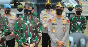 Panglima TNI Marsekal TNI Hadi Tjahjanto memberikan keterangan pers bersama Kapolri Jenderal Pol Idham Azis di Pangkalan Udara Sultan Hasanuddin Makassar, Minggu (30/8/2020). (Foto: Puspen TNI).