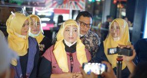 Pencipta Lagu Mirza Indah Dewi alias Cek IIn ketika sedang diwawancarai wartawan. didampingi Dekan FKIP UPGRI Dr Dessy Wardiah MPd. Dosen Unsri Farhan Yadi. Foto. Dok. Libels 92