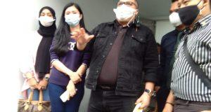 Dr Razman Arif Nasution (RAN) SH SAg MA Ph.D. Kuasa Hukum Dr Richard Lee, ketika jumpa pers dikediaman Dr Richard Lee, Rabu (11/08/21). Foto: Syf