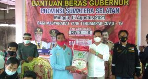 Tokoh Masyarakat Drs. Toto Suparto MPd, ketika membagikan beras kepada warga